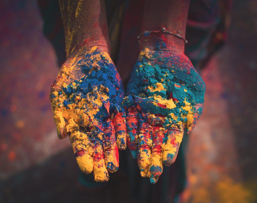 couleurs dans les mains