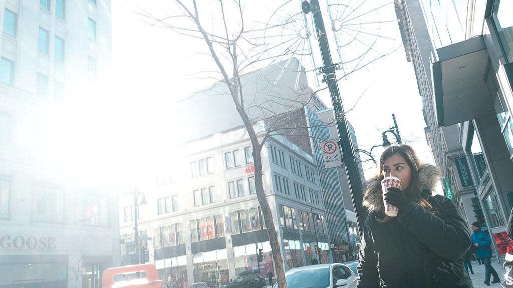 eatmytravel boit un café des les rues de Montréal