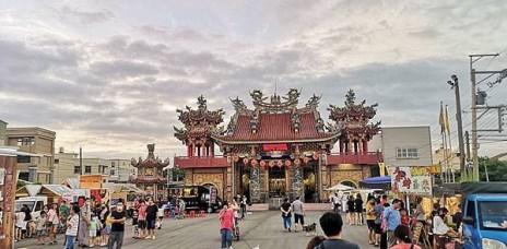 。台中 龍井,天波府 餐車市集 :好吃+好喝+好停車,還有街頭藝人跟點心,台中海線周末夜的新去處。