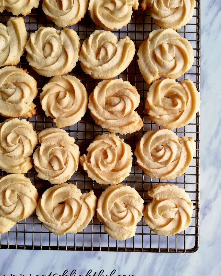 danish butter cookies on cooling rack (1)