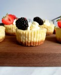 mini cheesecakes with blackberry side view