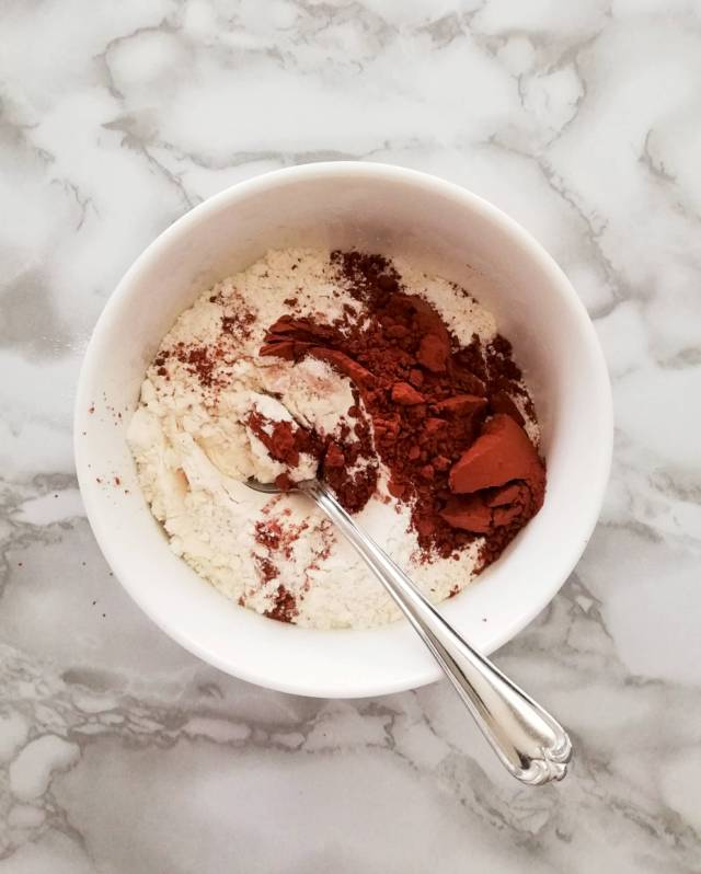 red velvet cupcakes dry ingredients in bowl