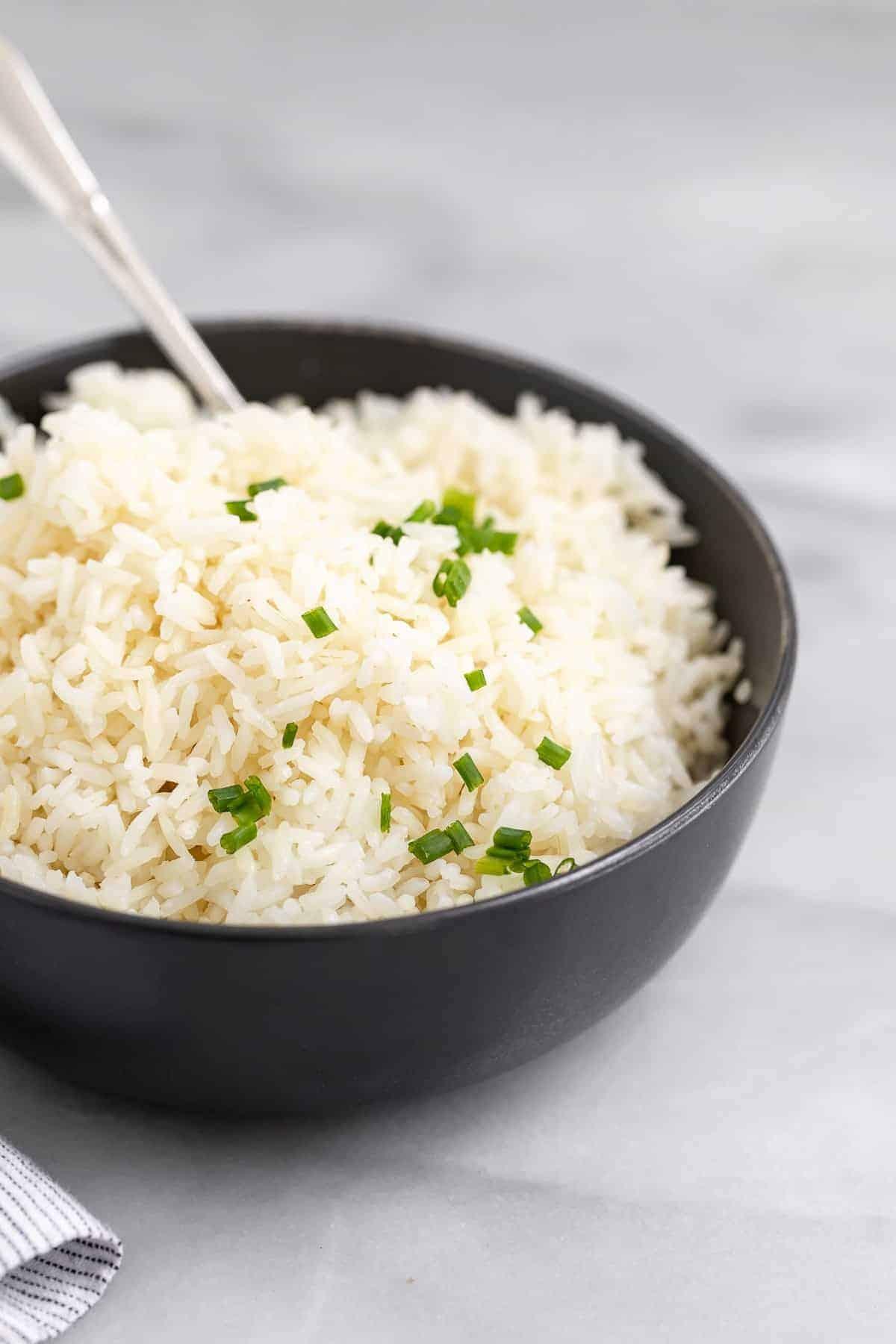 instant pot jasmine rice in a black bowl