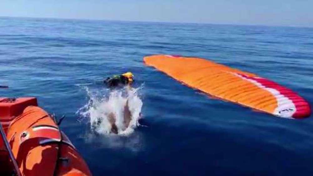"""Featured image for """"ترکی میں دو پیراگلائیڈرز ٹکرا کر سمندر میں جا گرے"""""""
