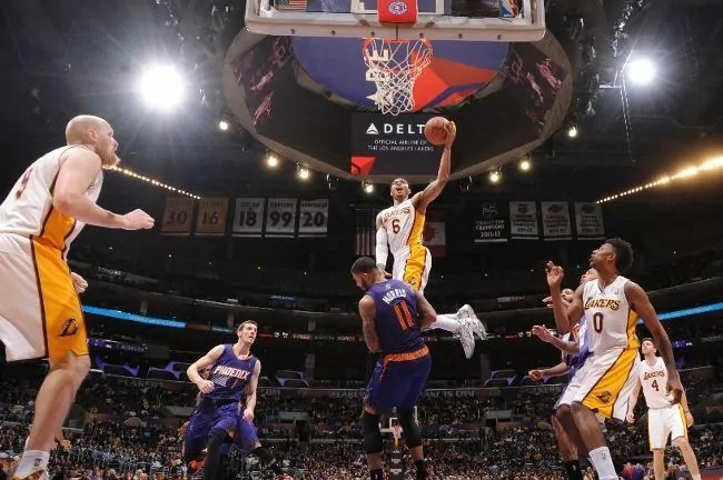 bazemore-lakers-suns