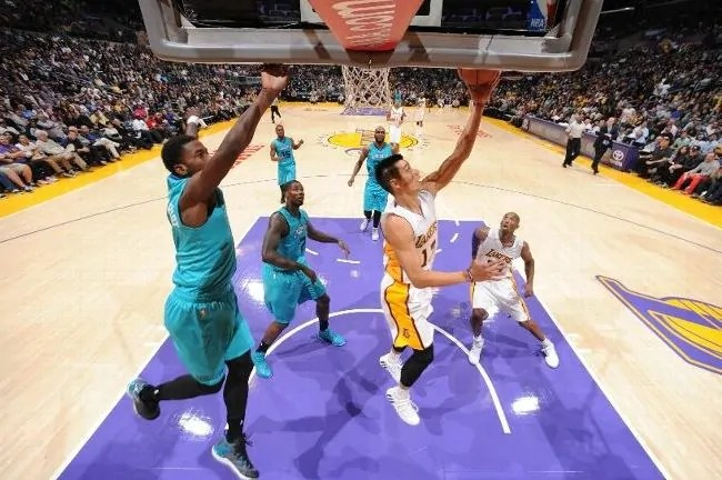 lin-lakers-hornets