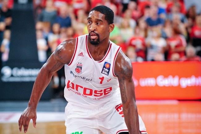 Bradley Wanamaker (Brose Baskets Bamberg) am Ball.