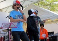 Masato Nagai, more commonly known as Tori-kun (Birdman), Abiko City's Bird Ambassador held concerts at the main stage of the festival grounds.