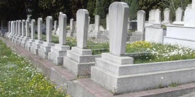 """Vehhabilere bakarsanız, mezarların """"belki"""" en fazla yerden bir karış yükseklikte olmasına göz yumulabilir, o kadar. Oysa mezarda yatanın kim olduğunu belirten.."""