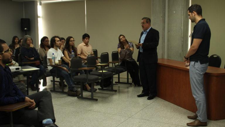 En el conversatorio participaron el autor del documental Luis Quevedo (camisa azul) y el decano de la Facultad de Ciencias Sociales, Manuel Martínez (camisa celeste). Mariana Soto/ CICOM.