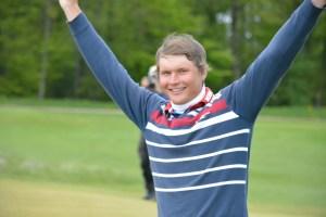 Tapio Pulkkanen jubler på 18. green efter at have holet et langt birdieputt og sikret sig sejren ved NorthSide Charity Challenge