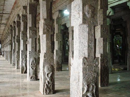 800px-Madhura_meenakshi_temple_1000_piller