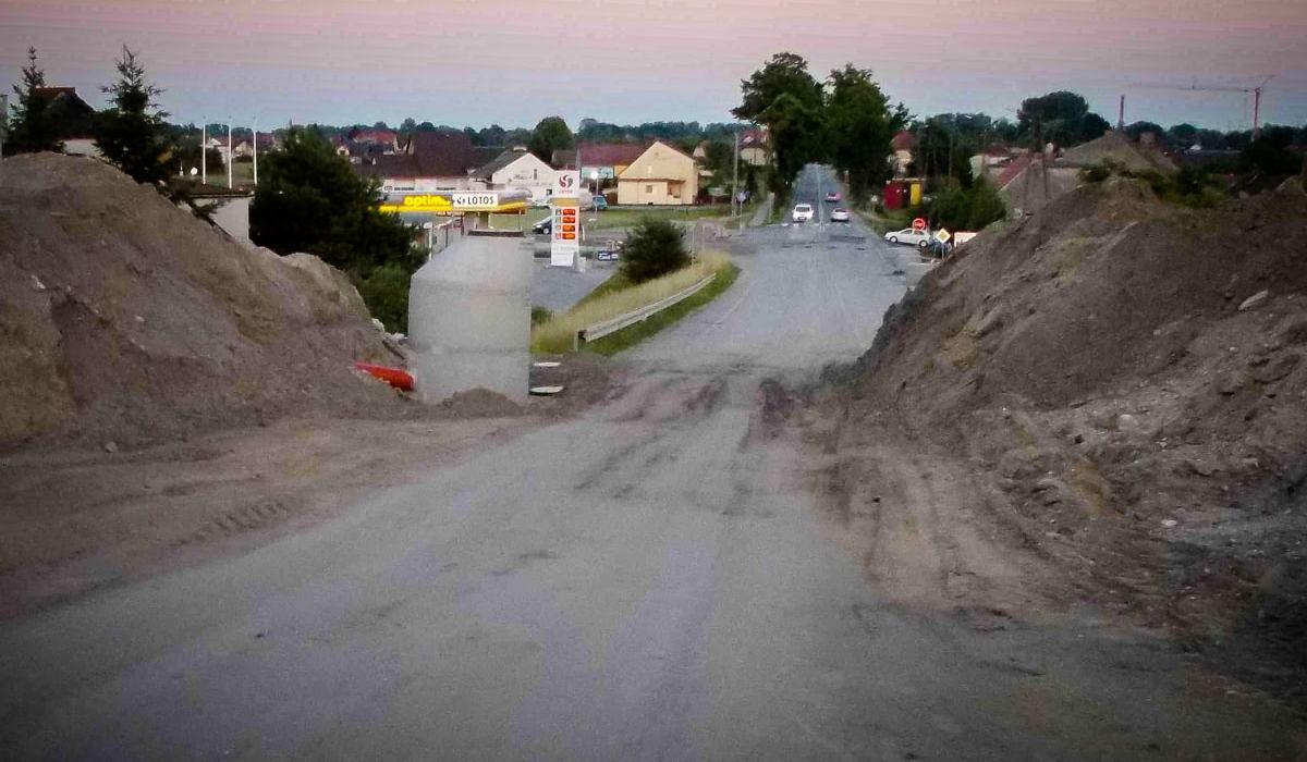Obwodnica Czarnowąsy. Aż się prosiło, by w tym miejscu wykonać chociaż mały tunel dla rowerzystów! 2