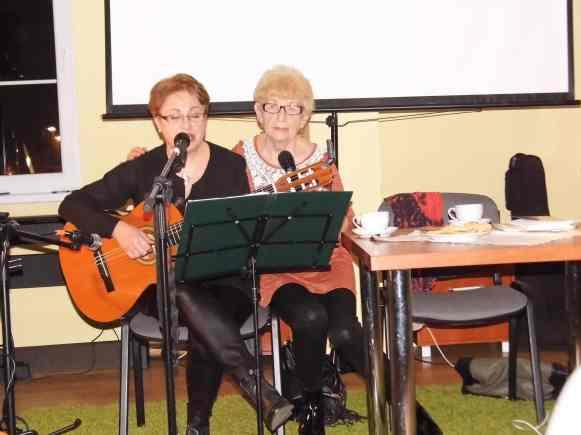 Agnieszka Chrobot i Małgorzata Pasznicka śpewają jeden z wierszy