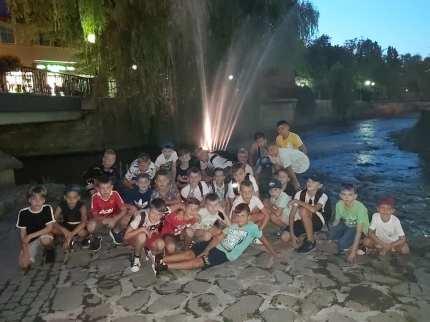 Wieczorny relaks pod fontanną