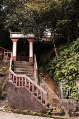 獅子亭後的樓梯,已經沒人修復了