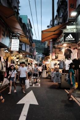 士林夜市賣衣服的地方,其實有點像香港女人街的縮窄版