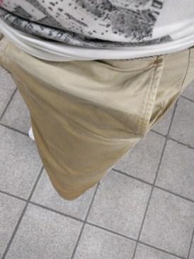 我的正前方,褲子上半沒濕只是因為有衣服擋著