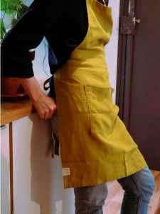 Tablier en lin lavé vert coriandre avec une grande poche. Tablier de cuisine et jardinage en ville. L'échoppe végétale