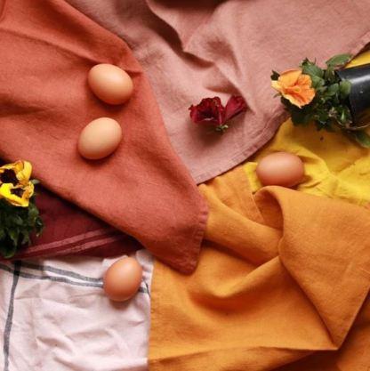Torchon lin lavé rouge terre cuite sur crochet en bois | Cuisine Minimaliste