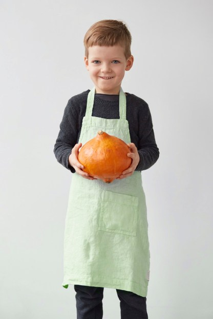 Tablier enfant en lin vert clair écru