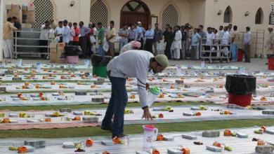 صورة سيدة موريتانية تلاحق رجال أعمال وأمراء بدولة الإمارات على موائد الإفطار بحثا عن مساعدات بإسم منظمة خيرية