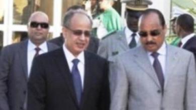 صورة الرئيس يعبر لأحد كبار معاونيه ارتياحه لمستوى تحضيرات القمة
