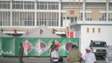 صورة ضابط فلسطيني على رأس فرقة أمن القرية الثقافية بالملعب الأولومبي يمنع الصحفيين من دخولها