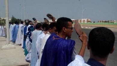 صورة تظاهرة بالأحذية  أمام السجن ضد حبس صحفي موريتاني