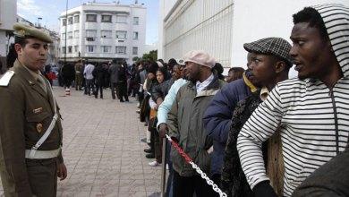 صورة الأمن المغربي يرحل عشرات المهاجرين نحو الحدود مع الجزائر ويسلبهم نقودهم وهواتفهم
