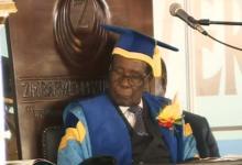 صورة موغابي يظهر للعلن والحزب الحاكم يستعد لعزله