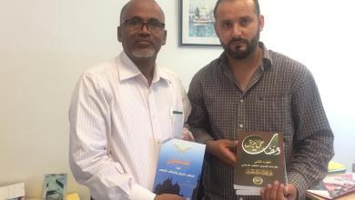 صورة تونس : حي معاوية حسن يسلم وزير الشؤون الدينية هدية من مؤلفات المفكر علي محمد الشرفاء