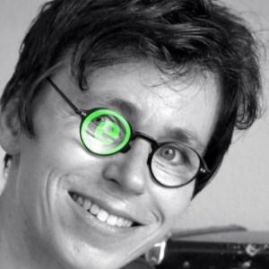 Porträtbild von Sonja Delbrück mit Firmenzeichen