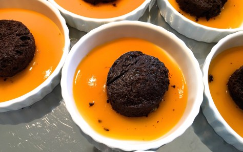 schoko schokoladen toertchen auf mangospiegel-mit-sahne-kap-stachelbeeren und karamellisierten walnuessen -img_7887