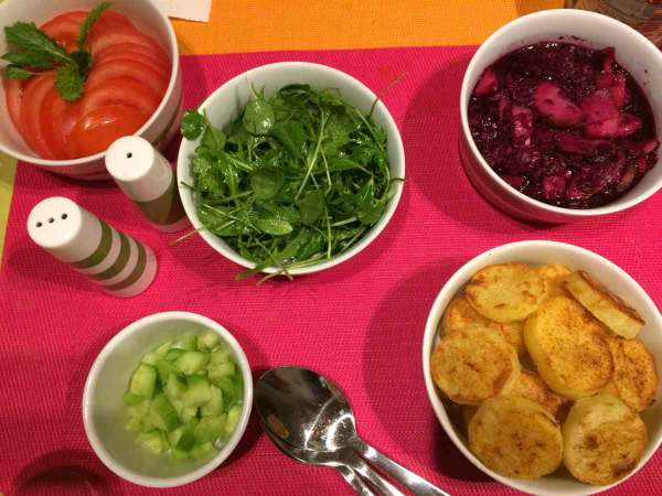 Gezonde gebakken aardappelen met groentjes