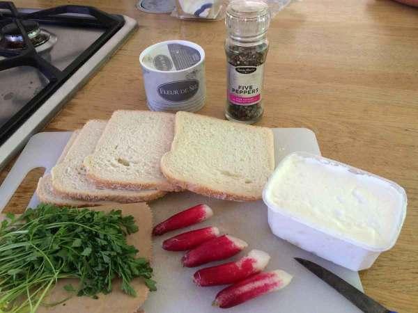 brood radijzen platte kaas platte kaas tuinkers grof zout en peper