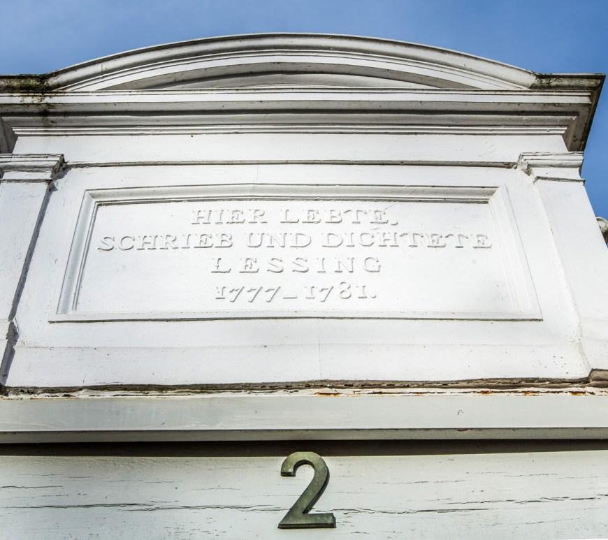 Inschrift über dem Eingang zum Lessinghaus