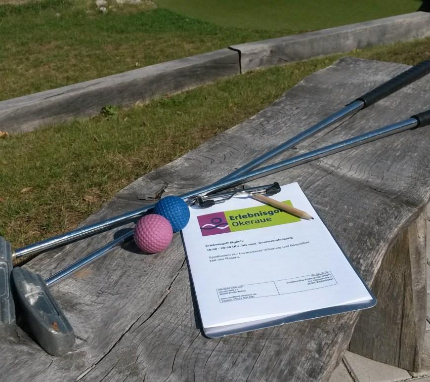Zwei Golfputter mit Golfbällen