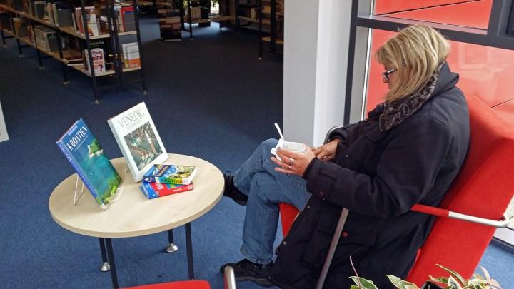 Mit einem Cappuccino in der Bücherei nach Sonnenzielen schmökern.