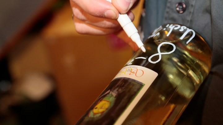 Weinflasche wird beschriftet