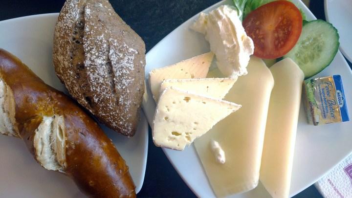 Das Käsefrühstück mit Brötchen