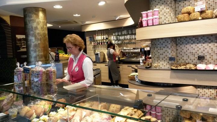 Verkaufstresen im Café Schlüter