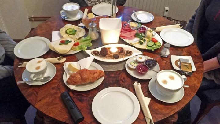 Reich gedeckter Tisch in der Wolfenbütteler Tortenkultur