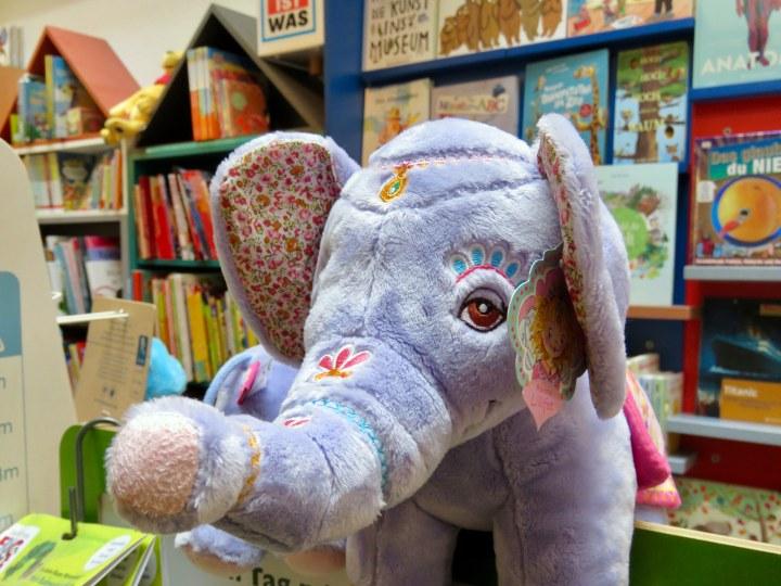 Ein ›rosa‹ Elefant steht im Geschäft.