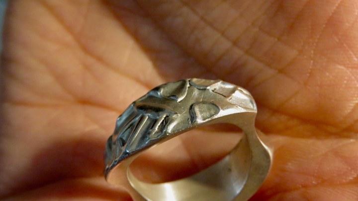 Auf diesem kunstvoll gestalteten Ring sind viele Formen zu sehen.