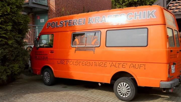 Der orange Transporter fällt auf jeden Fall auf.