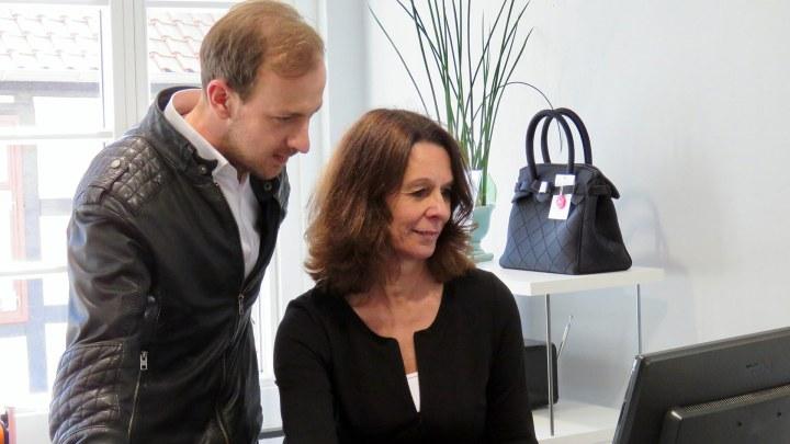 Martin Koj und Susann Hesse recherchieren im Internet.