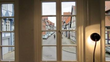 Nach hinten hin öffnet sich eine breite Fensterfront im Laden.