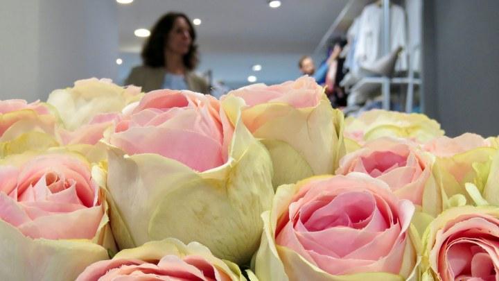 Frische Blumen sorgen für eine schöne Verkaufsatmosphäre.
