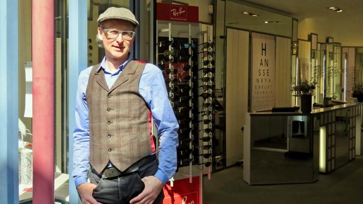 Ingo Lutz steht vor seinem Geschäft Hanssen, für das er die Verantwortung übernommen hat.